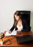 Επιχειρησιακή γυναίκα σε μια συνεδρίαση κοστουμιών σε ένα γραφείο Στοκ Φωτογραφίες