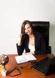 Επιχειρησιακή γυναίκα σε μια συνεδρίαση κοστουμιών σε ένα γραφείο Στοκ εικόνες με δικαίωμα ελεύθερης χρήσης