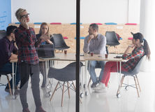 Επιχειρησιακή γυναίκα στην αίθουσα συνεδριάσεων που μιλά με τηλέφωνο κυττάρων Στοκ Εικόνες