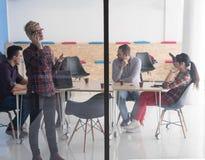 Επιχειρησιακή γυναίκα στην αίθουσα συνεδριάσεων που μιλά με τηλέφωνο κυττάρων Στοκ Φωτογραφία
