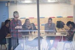 Επιχειρησιακή γυναίκα στην αίθουσα συνεδριάσεων που μιλά με τηλέφωνο κυττάρων Στοκ φωτογραφία με δικαίωμα ελεύθερης χρήσης