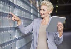 Επιχειρησιακή γυναίκα στην αποθήκη εμπορευμάτων Στοκ εικόνα με δικαίωμα ελεύθερης χρήσης