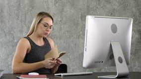 Επιχειρησιακή γυναίκα στην αρχή έχοντας την τηλεδιάσκεψη στον υπολογιστή φιλμ μικρού μήκους