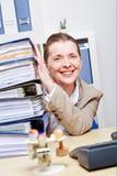 Επιχειρησιακή γυναίκα στην αρχή με τα αρχεία Στοκ Εικόνες