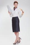 Επιχειρησιακή γυναίκα στην αρχή με το έγγραφο, htb και τα γυαλιά Στοκ Φωτογραφίες