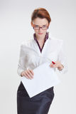 Επιχειρησιακή γυναίκα στην αρχή με το έγγραφο, htb και τα γυαλιά Στοκ φωτογραφίες με δικαίωμα ελεύθερης χρήσης