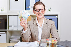 Επιχειρησιακή γυναίκα στην αρχή με το ευρώ Στοκ εικόνα με δικαίωμα ελεύθερης χρήσης