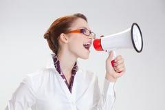Επιχειρησιακή γυναίκα στην αρχή με το megafon στοκ εικόνα με δικαίωμα ελεύθερης χρήσης