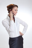 Επιχειρησιακή γυναίκα στην αρχή με το telephon Στοκ εικόνες με δικαίωμα ελεύθερης χρήσης