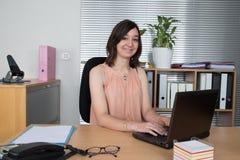 Επιχειρησιακή γυναίκα στην αρχή στο λευκό Στοκ Φωτογραφίες