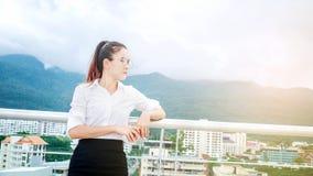 Επιχειρησιακή γυναίκα στην αστική σκηνή που φαίνεται επιτυχία άποψης και σκέψης Στοκ Φωτογραφίες