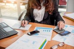 Επιχειρησιακή γυναίκα στην εργασία με οικονομικό στοκ φωτογραφία