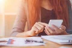 Επιχειρησιακή γυναίκα στην εργασία με οικονομικό στοκ εικόνες