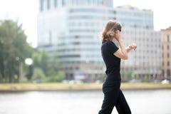 Επιχειρησιακή γυναίκα στη βιασύνη Στοκ Φωτογραφία