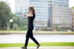 Επιχειρησιακή γυναίκα στη βιασύνη Στοκ φωτογραφίες με δικαίωμα ελεύθερης χρήσης