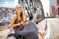 Επιχειρησιακή γυναίκα στη μοτοσικλέτα Στοκ Φωτογραφίες