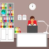 Επιχειρησιακή γυναίκα στον εργασιακό χώρο, γραφείο, lap-top, γραφείο, λαμπτήρας, καρέκλα, ρολόι τοίχων, σφαίρα, φάκελλοι, έγγραφα ελεύθερη απεικόνιση δικαιώματος