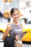 Επιχειρησιακή γυναίκα στο έξυπνο τηλέφωνο στην πόλη της Νέας Υόρκης Στοκ φωτογραφία με δικαίωμα ελεύθερης χρήσης