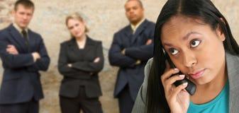 Επιχειρησιακή γυναίκα στο ασύρματο τηλέφωνο Στοκ Εικόνες