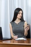 Επιχειρησιακή γυναίκα στο γραφείο της στοκ εικόνες