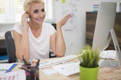 Επιχειρησιακή γυναίκα στο γραφείο Στοκ Φωτογραφίες