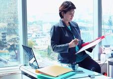 Επιχειρησιακή γυναίκα στο γραφείο Στοκ φωτογραφία με δικαίωμα ελεύθερης χρήσης