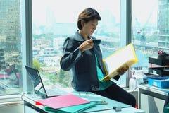 Επιχειρησιακή γυναίκα στο γραφείο Στοκ φωτογραφίες με δικαίωμα ελεύθερης χρήσης