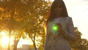 Επιχειρησιακή γυναίκα στο επιχειρησιακό κοστούμι που ψωνίζει στο σε απευθείας σύνδεση κατάστημα στο smartphone περπατώντας μέσω τ απόθεμα βίντεο