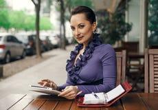 Επιχειρησιακή γυναίκα στο κατάστημα οδών coffe με την ταμπλέτα της Στοκ εικόνα με δικαίωμα ελεύθερης χρήσης