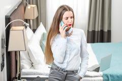 Επιχειρησιακή γυναίκα στο ξενοδοχείο Στοκ Εικόνες