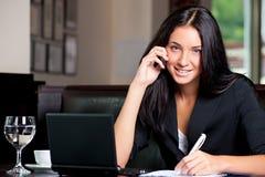 Επιχειρησιακή γυναίκα στο τηλέφωνο κυττάρων στοκ εικόνα με δικαίωμα ελεύθερης χρήσης
