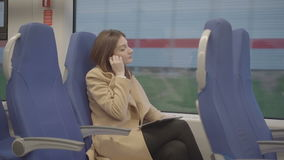 Επιχειρησιακή γυναίκα στο τρέξιμο τραίνων στην ταμπλέτα απόθεμα βίντεο
