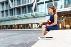Επιχειρησιακή γυναίκα στο υπόβαθρο με ένα έξυπνο τηλέφωνο Στοκ φωτογραφίες με δικαίωμα ελεύθερης χρήσης