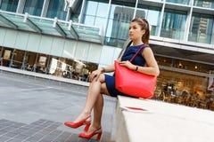 Επιχειρησιακή γυναίκα στο υπόβαθρο με ένα έξυπνο τηλέφωνο Στοκ Φωτογραφία