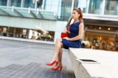 Επιχειρησιακή γυναίκα στο υπόβαθρο με ένα έξυπνο τηλέφωνο Στοκ εικόνα με δικαίωμα ελεύθερης χρήσης