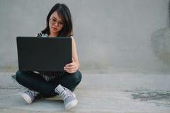 Επιχειρησιακή γυναίκα υποβάθρου επιχειρηματιών στα γυαλιά που κρατά όχι Στοκ Φωτογραφίες
