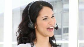 Επιχειρησιακή γυναίκα Brunette που εργάζεται σε ένα κέντρο κλήσης απόθεμα βίντεο