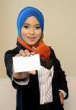 Επιχειρησιακή γυναίκα Muslimah στο επικεφαλής μαντίλι με την άσπρη κάρτα στοκ φωτογραφία