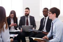 Επιχειρησιακή επιχείρηση Το νέα επιτυχή αρσενικό και το θηλυκό επιχειρηματιών συζητούν την οικονομική έκθεση στο γραφείο Στοκ φωτογραφίες με δικαίωμα ελεύθερης χρήσης