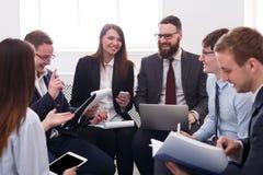 Επιχειρησιακή επιχείρηση Το νέα επιτυχή αρσενικό και το θηλυκό επιχειρηματιών αναλύουν τα στοιχεία Στοκ φωτογραφία με δικαίωμα ελεύθερης χρήσης