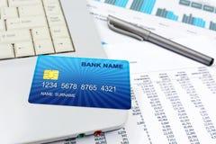 Επιχειρησιακή λεπτομέρεια μιας πιστωτικής κάρτας Διαδικτύου, που βρίσκεται πάνω από μια κορυφή περιτυλίξεων Στοκ Εικόνα