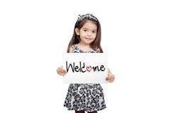 Επιχειρησιακή ευπρόσδεκτη έννοια, χαριτωμένο κορίτσι που κρατά μια στάση ευπρόσδεκτων σημαδιών Στοκ Εικόνες