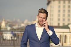 επιχειρησιακή κλήση σημα Ευτυχές smartphone χρήσης χαμόγελου επιχειρηματιών για τη επιχειρησιακή επικοινωνία, υπόβαθρο οριζόντων  στοκ εικόνα με δικαίωμα ελεύθερης χρήσης