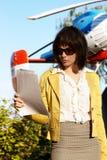 Επιχειρησιακή κυρία με τα papaers πέρα από το πετώντας ελικόπτερο Στοκ φωτογραφία με δικαίωμα ελεύθερης χρήσης