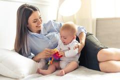 Επιχειρησιακή κυρία με το μωρό της Στοκ Φωτογραφία