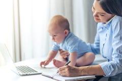 Επιχειρησιακή κυρία με το μωρό της Στοκ εικόνες με δικαίωμα ελεύθερης χρήσης