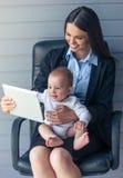 Επιχειρησιακή κυρία με το μωρό της Στοκ εικόνα με δικαίωμα ελεύθερης χρήσης
