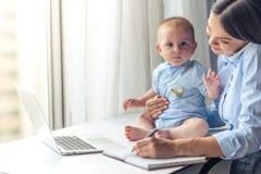 Επιχειρησιακή κυρία με το μωρό της Στοκ Εικόνα