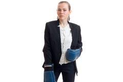 Επιχειρησιακή κυρία ομορφιάς στο κοστούμι με τα εγκιβωτίζοντας γάντια Στοκ εικόνες με δικαίωμα ελεύθερης χρήσης