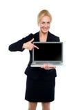 Επιχειρησιακή κυρία που δείχνει προς την οθόνη lap-top Στοκ φωτογραφία με δικαίωμα ελεύθερης χρήσης
